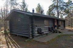 Blockhaus herein in Taiga-Wald Stockbilder