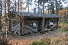 Blockhaus herein in tiefem Taiga-Wald Lizenzfreies Stockbild