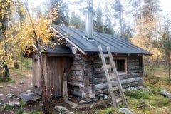 Blockhaus herein in tiefem Taiga-Wald Stockbild