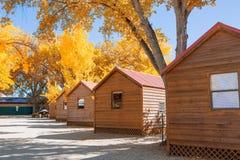 Blockhaus im Campingplatz mit Herbstbaum Lizenzfreies Stockbild