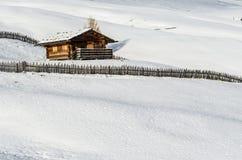Blockhaus im Schnee Stockbilder