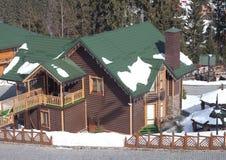 Blockhaus im Skiort Stockfotos