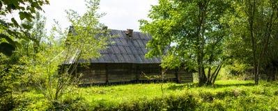 Blockhaus im ukrainischen Dorf Stockfotografie