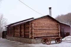 Blockhaus mit einem Warenkorb Stockfoto