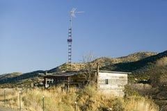 Blockhaus mit Fernsehantenne auf Indianerreservat Mescalero Apache nahe Ruidoso und Alt, New Mexiko Stockfotos