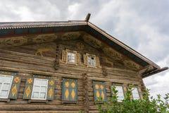 Blockhaus mit gemalten Dekorationen Stockbild