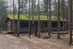 Blockhaus mit Grasdach im Lager im Wald Stockfotografie