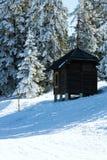 Blockhaus, Schutz gehört zu Schnee bedeckten Kiefern im Winter mou Lizenzfreies Stockfoto