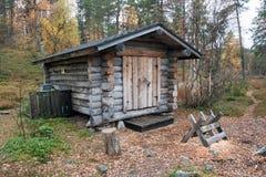 Blockhaus in tiefem Taiga-Wald Stockfotos