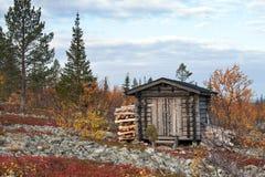 Blockhaus in tiefem Taiga-Wald Stockfotografie