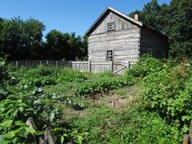Blockhaus und Gemüsegarten Stockfoto