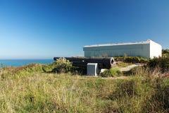 Blockhaus und Kanon auf baskischem Küstengesims von Atlantik Stockfoto
