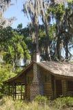 Blockhaus unter Moos drapierte Bäume auf Schindel-Nebenfluss, Florida Lizenzfreie Stockbilder