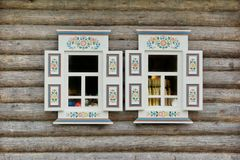 Blockhaus-Wand mit zwei Ornamental Windows Stockbilder