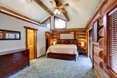 Blockhausschlafzimmer mit cherrywood Möbelsatz Stockfoto
