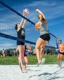 Blockieren des Balls am Volleyball Stockfoto