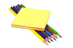 Blockieren Sie farbigen Aufkleber für Anzeigen auf weißem Hintergrund, Büro Lizenzfreie Stockfotos