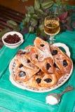 Blockieren Sie, Kuchen und weißer Wein auf der Tabelle. Lizenzfreie Stockbilder