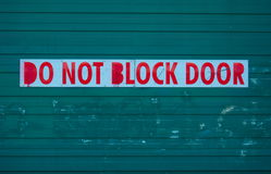 Blockieren Sie nicht Türzeichen vor Garage Stockfoto