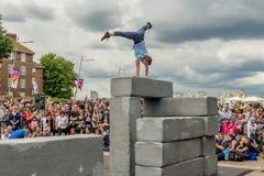 BLOCKIEREN Sie Tanzleistung an Greenwich und an Docklands, die international sind Stockfotos