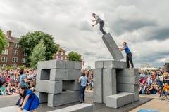 BLOCKIEREN Sie Tanzleistung an Greenwich und an Docklands, die international sind Stockfotografie