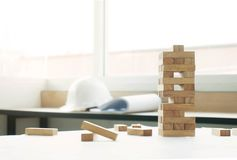 blockiert hölzernes Spiel jenga, das ein kleines Backsteinbau conce errichtet Lizenzfreie Stockbilder