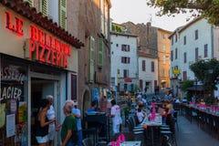 Blockierte Hauptstraße für die Glättung des Abendessens eines Restaurants in Callian, Frankreich Lizenzfreies Stockbild