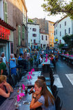 Blockierte Hauptstraße für die Glättung des Abendessens eines Restaurants in Callian, Frankreich Stockfotografie