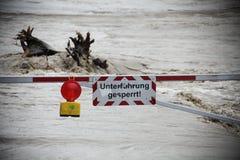 Blockierte Straße - Flut-Katastrophe in Österreich Lizenzfreie Stockfotos