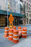 Blockierte Straße mit Bau burrels Stockbild