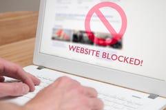 Blockierte Webseitenikone auf einem Bildschirm Stockfotos
