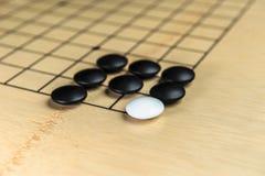 Blockierter weißer Stein durch Schwarzes im Strategiespiel Stockfotos