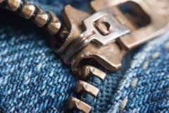 Blockierung des Reißverschlusses auf Jeans Lizenzfreie Stockfotografie