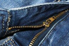 Blockierung des Reißverschlusses auf Jeans-, moderner und stilvollersache Stockfoto