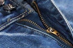 Blockierung des Reißverschlusses auf Jeans-, moderner und stilvollersache Lizenzfreie Stockfotos