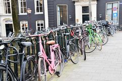 Blockierung Fahrräder an einer Brücke Amterdam die Niederlande Stockfotos