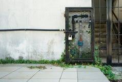 Blockierung herauf Wasserzählerrohr durch einen Eisenkasten Stockbild