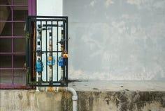 Blockierung herauf Wasserzählerrohr durch einen Eisenkasten Stockbilder