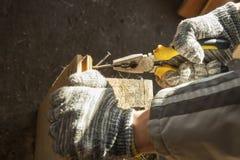 Blockierungs-Zangen in der Hand Schreinerei, Werkstatt Lizenzfreies Stockbild