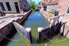 Blockierungskammer in einem Kanal von De Rijp, die Niederlande Lizenzfreie Stockbilder