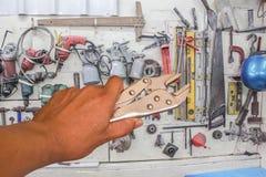 Blockierungszangen im Handwerkzeughintergrund. Lizenzfreies Stockbild