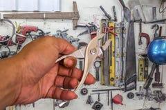 Blockierungszangen im Handwerkzeughintergrund. Stockfoto