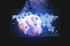 Blockkettenkonzept mit dem Geschäftsmann, der Kartennetz auf Vir zeigt Stockfoto