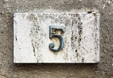 Blocknummer auf einer Wand Stockbilder