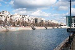 Blockreihen über dem Fluss Stockbild