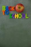 Blockschrift und Apfel vereinbart auf Tafel Stockbild