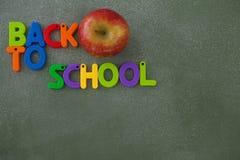 Blockschrift und Apfel vereinbart auf Tafel Stockfoto