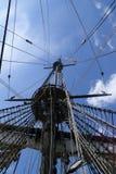 Blockseile und -mast auf einem großen Segelschiff Lizenzfreie Stockfotos