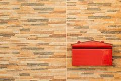 Blocksteinwandhintergrund und -Briefkasten Stockfoto