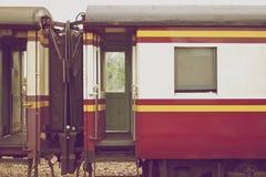 Blockwagen des Zugs schließen zusammen in der Weinleseart an Lizenzfreie Stockfotos